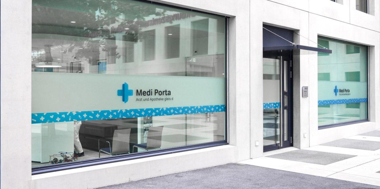 Corporate-Identity Medi Porta Gebaeude Fenster Beschriftung